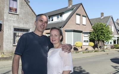 Jan en Sabine Gerritsen voor hun verkochte woning in Dieren.